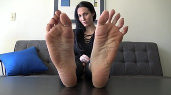 Maroe big soles  and long toes in your face