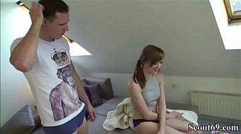 Bruder erwischt Stief-Schwester beim Porno gucken und fickt sie