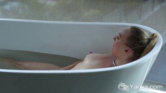 Yanks Kim Cums Takes A Deliciously Sexy Bath