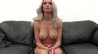 Красивую блондинку жестко трахают на порно кастинге