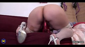 BIG mature mom suck her tit and fucks her cunt