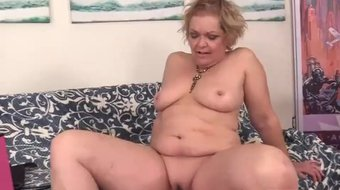 Fucking Machine Makes Horny Grandma Kelly Leigh Moan Like a Slut